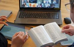 """Testemunhas de Jeová trocam visitas por """"telemarketing"""" religioso"""