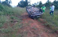 MT - 320: Motorista perde o controle da direção e carro capota