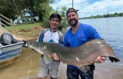 PARANAITA: Pirarucu quase 1,60 m e 70 quilos é fisgado no Rio Teles Pires