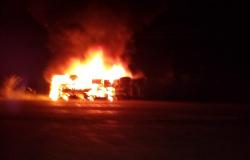 Carlinda: Carreta pega fogo após tombamento na MT-320