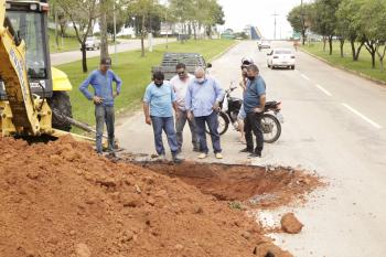 Tuti e Ailton acompanham recuperação de cratera na Avenida Ariosto da Riva