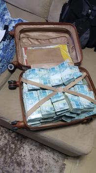 Mala de dinheiro foi apreendida na operação Et Caterva — Foto: PF/MT