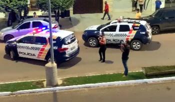 Assaltante invade empresa de compra de ouro em Peixoto e faz reféns; PM negocia
