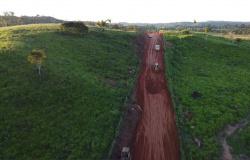 Prefeitura de Apiacás deu inicio ao serviço de rebaixamento de serra na Estrada da Vila Mutum