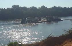 MT - 326: Incidente em balsa derruba carga de calcário no Rio das Mortes