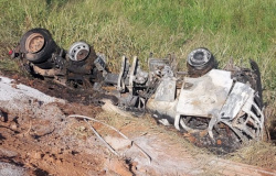 Guarantã do Norte: Carreta tomba, pega fogo e motorista consegue quebrar o vidro e sair do veículo