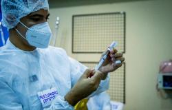Governo de MT consegue autorização para vacinar profissionais da Educação