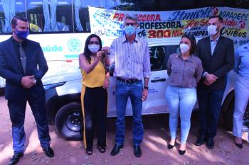 Vereadora Ilmarli representa deputada Rosa Neide e entrega micro-ônibus para a Secretaria de Saúde