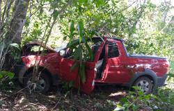 Duas pessoas ficam feridas após veículo sair de pista próximo a Nova Canaã do Norte