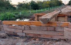 Tuti e Ailton vistoriam construção de ponte de madeira na Comunidade Colina Verde