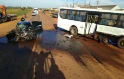 Idosa morre em batida entre carro de passeio e ônibus na BR-070