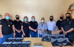 Sesp-MT entrega mais de 100 pistolas a policiais penais de 20 unidades