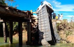 """Guarantã do Norte: ponte cede e caminhão carregado com ração fica """"pendurado"""""""