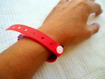 Terceira prefeitura de MT adere à pulseira vermelha para pacientes com covid-19