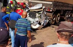 BR-070: Mulher fica em estado grave após ter carro prensado por caminhões