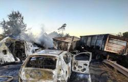 Colisão entre 3 carretas, van e carro de passeio deixa dois mortos em MT