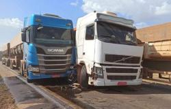 Acidente entre três carretas fecha na BR-163 em Lucas do Rio Verde