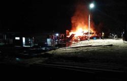 Flutuante é destruída por incêndio no rio Teles Pires em Alta Floresta