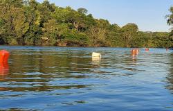 Bombeiros demarcam área permitida para banho no porto de areia, Rio Teles Pires