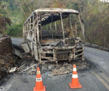 Ônibus de viagem pega fogo e fica destruído em serra de MT