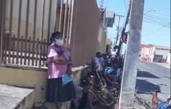 Cuiabá: Populares fazem fila para pegar 'ossinhos' de carne de supermercado