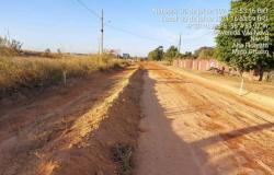 Tuti e Ailton vistoriam construção de asfalto comunitário na Avenida Vila Nova