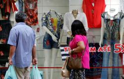 Vendas no comércio varejista caem 1,7% em junho, aponta IBGE