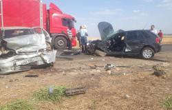Três pessoas morrem em batida entre carros na BR-364