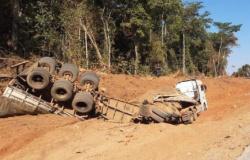Nortão: bitrem tomba com carga de fertilizante roubado; 7 são presos