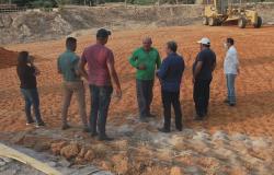 Prefeito Osmar visita obra de ponte de concreto que liga Paranaíta e Apiacás