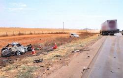 Motorista morre carbonizado em acidente entre carro e carreta na br-163