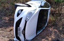 Motorista perde o controle do carro, atropela pedestre e capota na MT-320