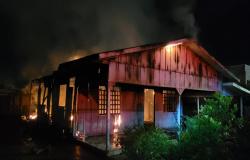 Colíder: Bombeiros combatem incêndio em residência