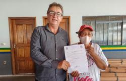 Paranaita: Prefeito e Vereadores realizam ato de entrega de kits de madeiras para os moradores do Bairro Castanhal