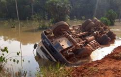 Caminhão cai em lago após estrada ceder em Sorriso; local é interditado