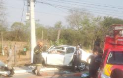 Adolescente pega carro dos pais escondido e fica preso às ferragens após colisão contra poste em Várzea Grande