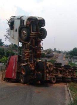Condutor de carreta provoca acidente ao tentar fugir de fiscalização do DNIT em Castanheira