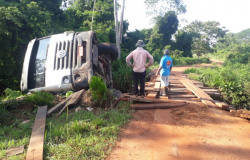 Caminhão basculante carregado com pedras tomba em ponte na vicinal 4° leste, zona rural de Alta Floresta.
