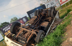 Carlinda: caminhão carregado com cortes de frangos tomba no trevo das MT-208 e 320