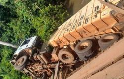 Alta Floresta: Vereadores acompanham retirada de carreta caçamba que caiu em rio na Quarta Leste