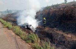 Carro pega fogo após capotar na MT-206 no Nortão; área de vegetação atingida